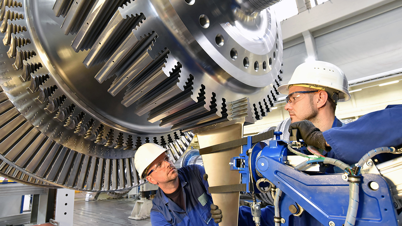 Workers assembling and constructing gas turbines in a modern industrial factory, source: istock / www.industrieblick.net