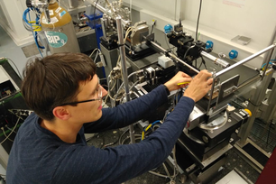 Kirill Yusenko an der high-pressure beamline ID15B (European Synchrotron Radiation Facility, ESRF)