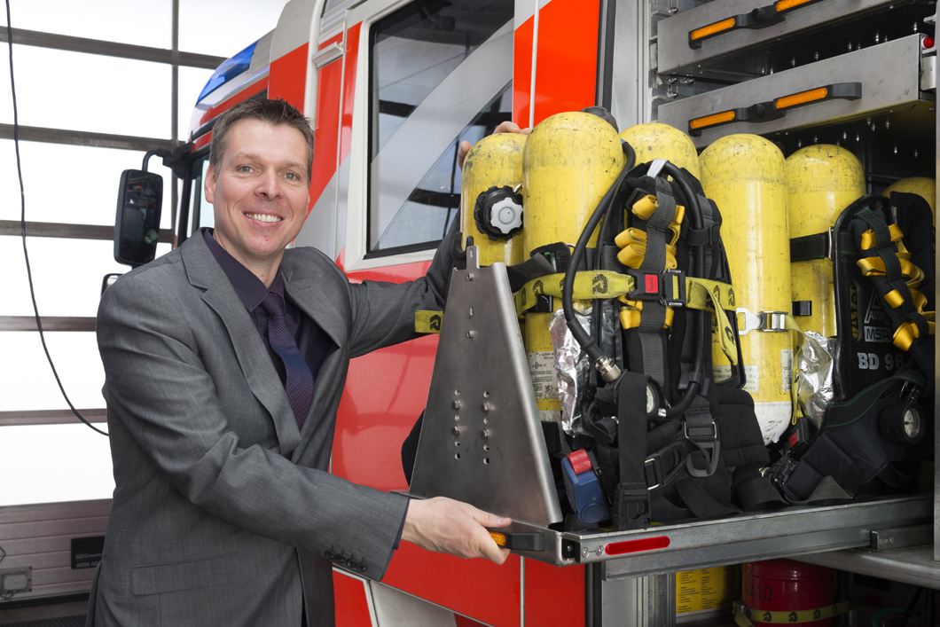 Dr. Thorsten Schönfelder researching the safety of Berlin fire brigade's breathing air cylinders in action.