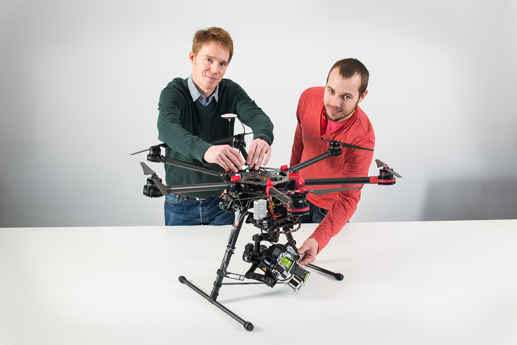 Dr.-Ing. Matthias Bartholmai and Dr. rer. nat. Patrick Neumann and their new hexacopter with integrated gas sensors.