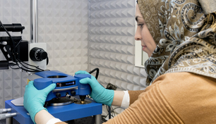 Ahed Almalla prepares the atomic force microscope (AFM) for measurement.