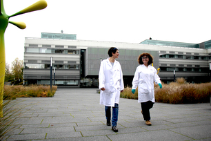 Visiting scientist Dr Ana Belenguer (right) with BAM scientist Dr Franziska Emmerling in Adlershof