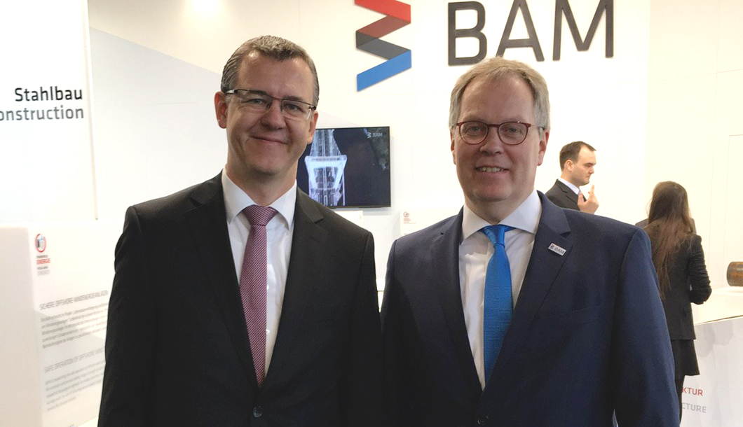 Prof. Dr. Ulrich Panne, president of BAM, welcomed Christoph Winterhalter (left), chairman of the executive board at DIN, to a tour of the BAM booth.