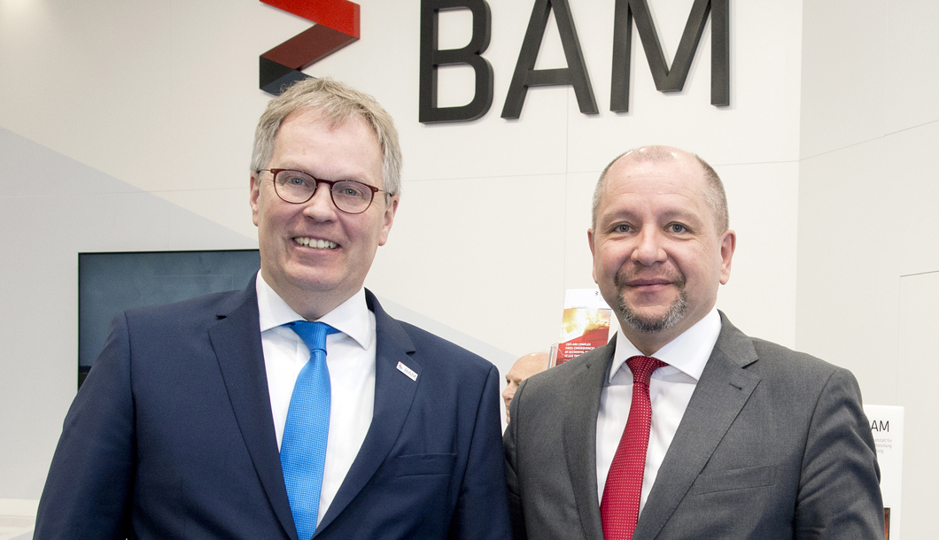 In the afternoon of the opening day, Dr. Ulrich Panne received Prof. Dr. Ralph Watzel (right), president of he BGR and invited him to see the BAM exhibits at the tradeshow.