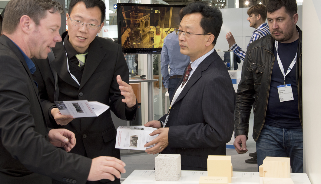 Jürgen Auster (left) in a dialogue with visitors about the drop tests and stress analyzes that BAM performs, as well as which materials are best suited as shock absorbers in crash tests.