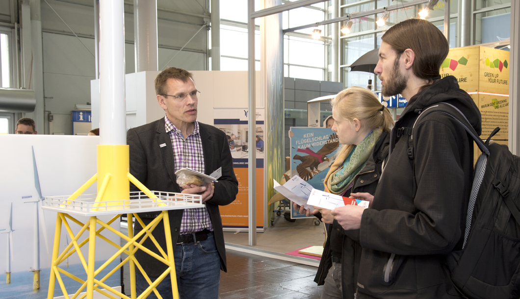 Dr. Hans-Carsten Kühne (left) showed visitors how BAM can identify required repairs of offshore wind power plants more quickly.