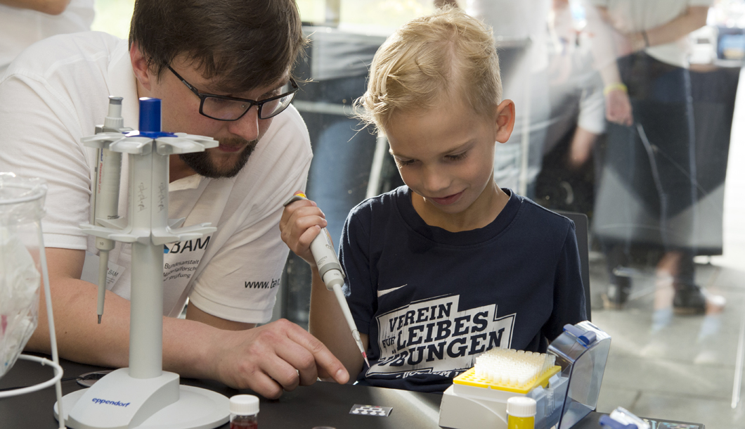 Since science can be exciting for the youngest, this year included a children's program.
