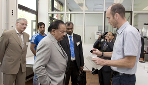 Prof. Jens Günster, Head of the Ceramic Processing and Biomaterials Division, explains the additive manufacturing technique to the Honourable Union Minister Dr. Harsh Vardhan using an example of a silicon carbide structure body.