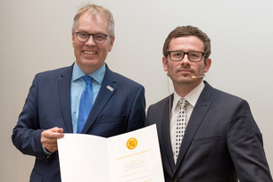 Dr. Stefan Pogatscher from the Montan University Leoben (Austria) received the Adolf Martens Prize from Adolf Martens Fund Chairman and BAM President Prof. Ulrich Panne.