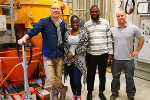Wolfram Schmidt (left) and Kolawole Olonade (2nd from left) in BAM's concrete laboratory (together with Nsesheye Msinjili (2nd from right) and Stefan Schacht (right)).
