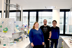 The BAM-BfR team 'NanoBER' before departure (from left to right): Maria Heilmann, Tony Bewersdorff and Zengchao You in the lab