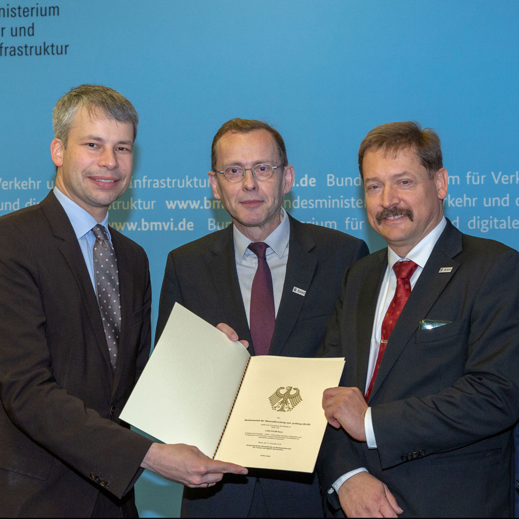 Grant presentation ceremony (from left to right): Parlamentary State Secretary Steffen Bilger (BMVI), Dr. Thomas Goedecke (BAM), Dr. Georg Mair (BAM) and Dr. Klaus Bonhoff (NOW GmbH)