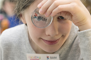 Girls'Day 2016 at BAM: with a homemade BAM button