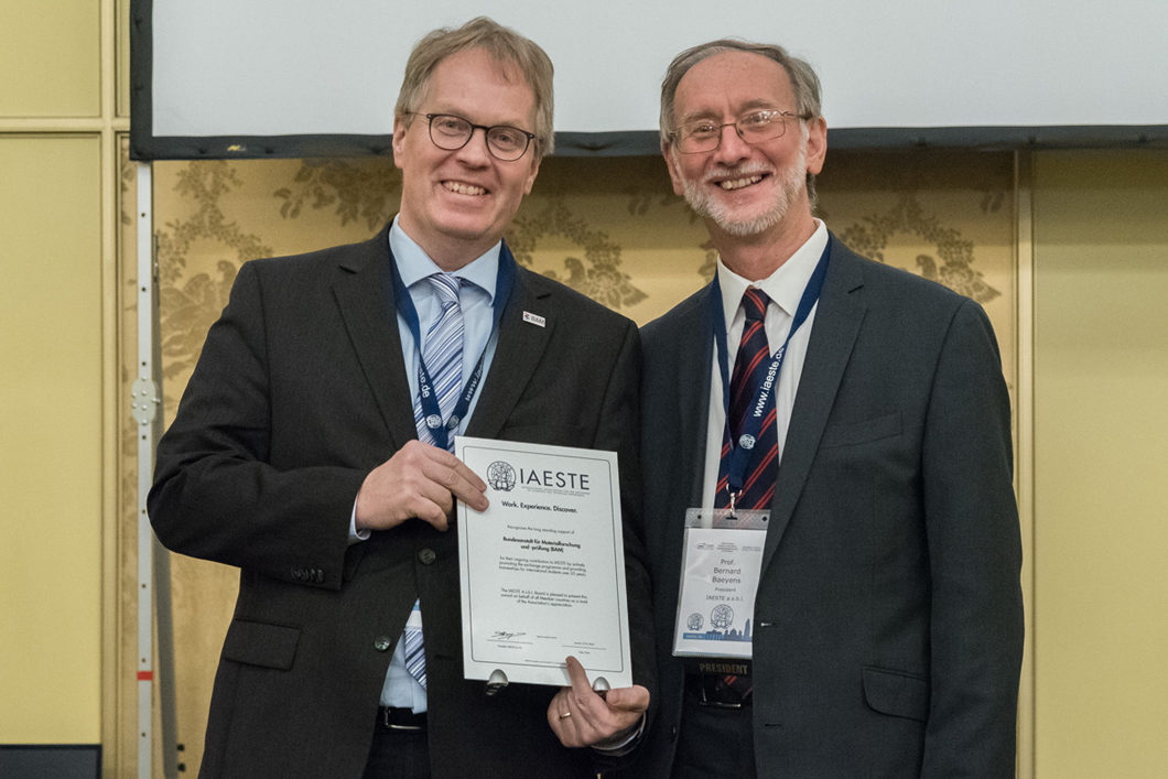 BAM president Prof. Dr. Ulrich  Panne (left) accepts an award for its ongoing contribution to IAESTE from Bernard Baeyens, president of IAESTE.