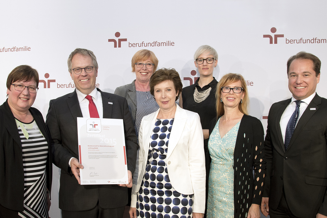 left to right: Iris Gleicke, Parliamentary State Secretary at the Federal Ministry for Economic Affairs and Energy, Prof. Dr. Ulrich Panne, President of the BAM, Karin Pachaly, Christine v. Vangerow,  Julia Sommer, Kerstin Brademann-Jock und Venio Quinque