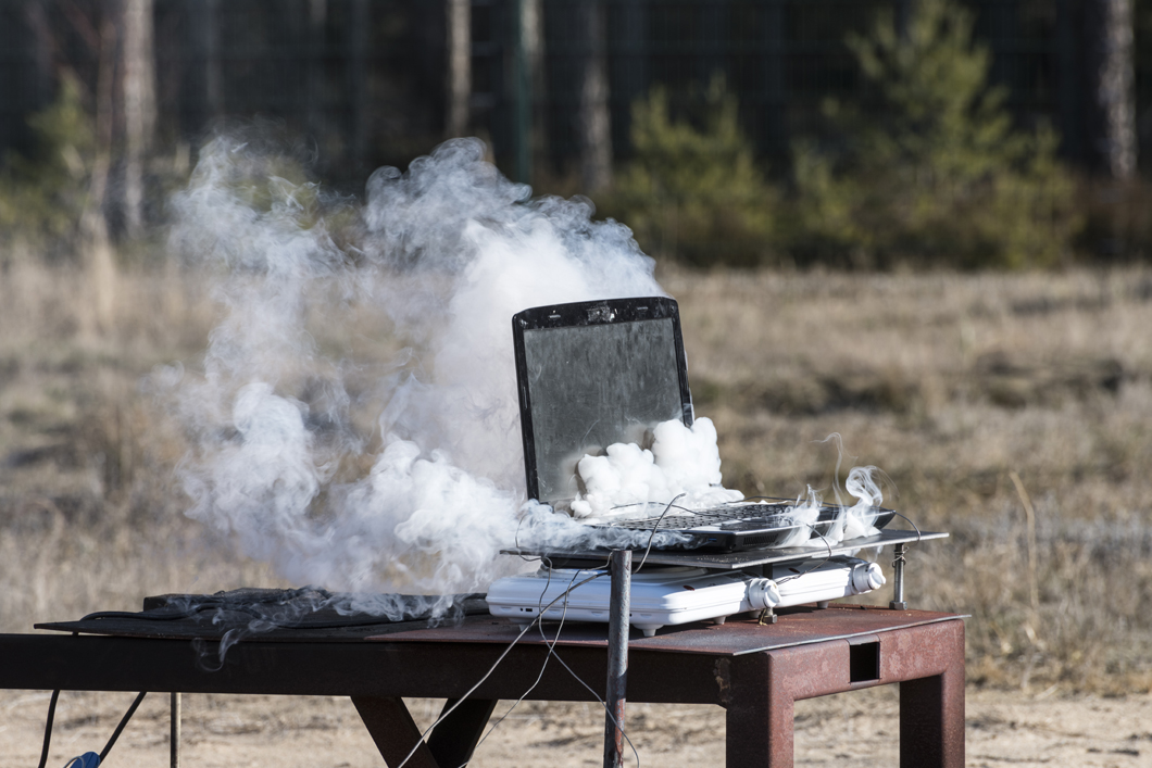 Laptop fire test: BAM is investigating if and how a lithium battery could become a risk.