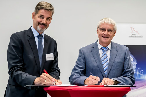 BAM Vice President Dr Werner Daum and WFBB Managing Director Dr Steffen Kammradt signed a corresponding memorandum at the Aerospace Technology Centre in Wildau.