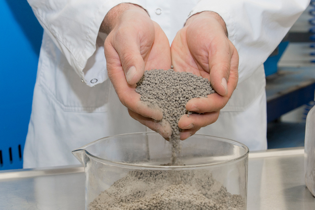 Phosphorus recovery from sewage sludge ash: The granulates can be used as a fertilizer in the future.