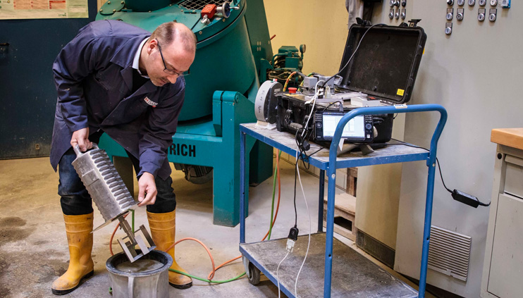 Dr. Wolfram Schmidt uses a rheometer in the lab to examine the flow properties of concrete.