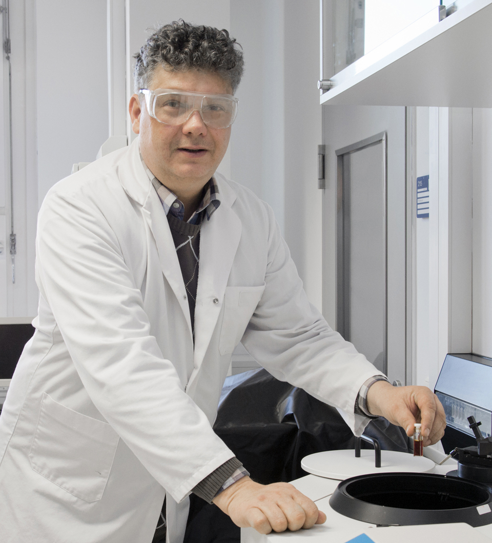 Dr. Michael Schäferling performing spectroscopic analysis of fluorescent nanoparticles
