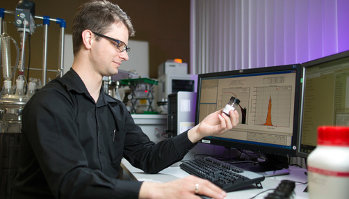 BAM employee Brain R. Pauw at his computer, with the analysis software visible on screen.