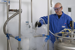 Filling liquid nitrogen into a test apparatus