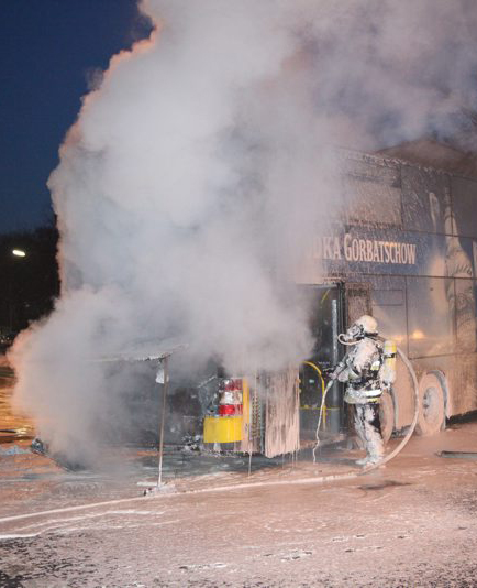 Berlin: A Berlin public transport double decker burned so fiercely at the Johannisthaler Chaussee and Kölner Damm crossing that the fire brigade had to use foam to extinguish the fire. The police diverted the traffic.