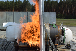 Dangerous goods container during underfiring in a test rig