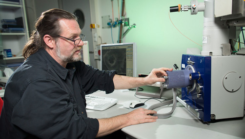 Prof. Dr. Heinz Sturm at an electron microscope