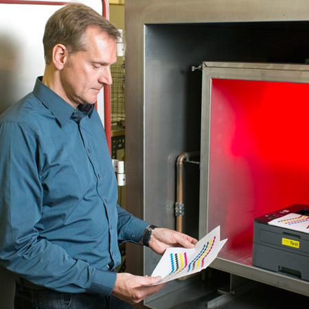 Dr. Oliver Jann in a BAM emissions measuring chamber